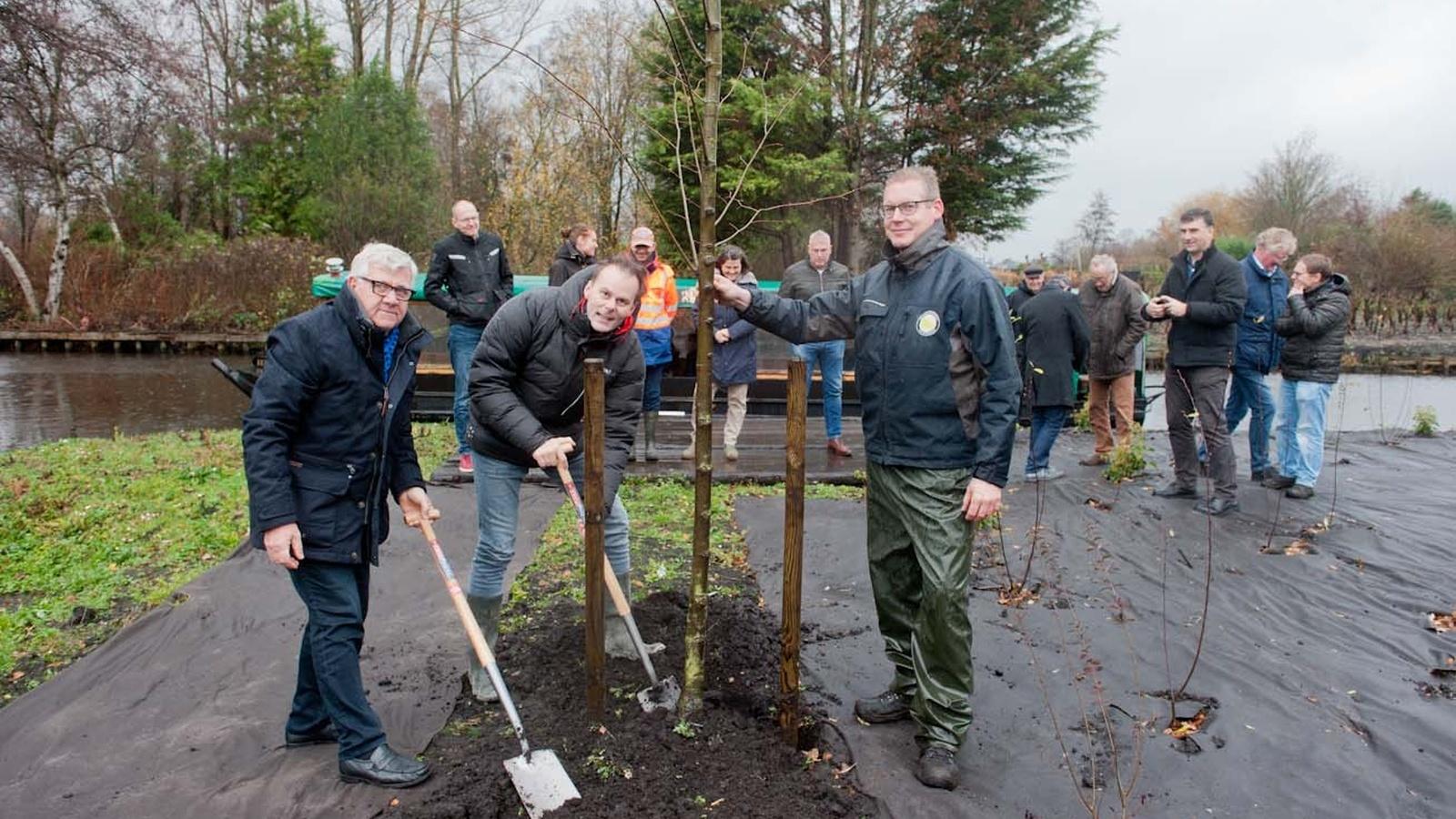 Aanplant laatste boom met wethouder van Rijn. Rechts is aanplant moerasbos zichtbaar